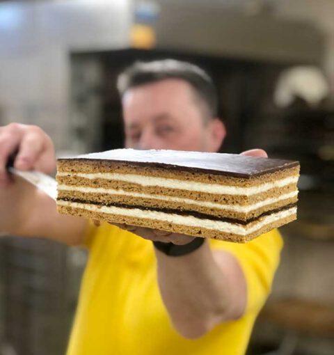 Cukiernik z Cukierni JoAsia prezentuje przygotowane ciasto